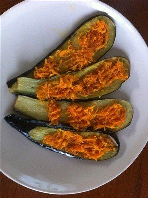 Выкладывайте жареную морковь на ломтики баклажанов