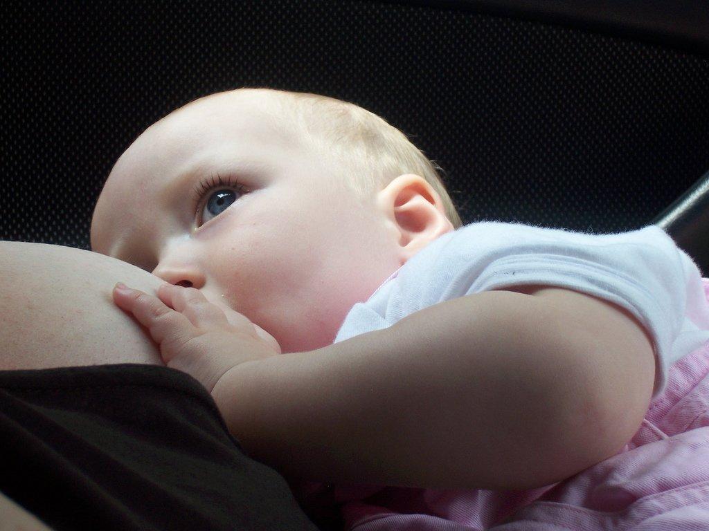 Первое кормление новорожденного в роддоме