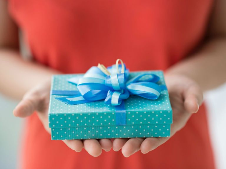 Как упаковать подарок в бумагу красиво своими руками