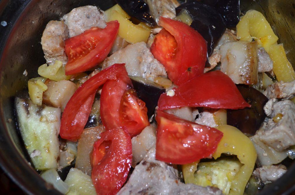 Добавлять к мясу в следующем порядке: баклажаны