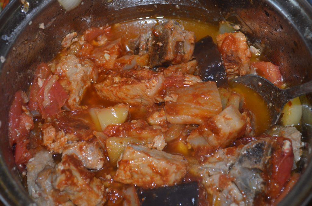 Добавлять к мясу в следующем порядке: перец помидоры.