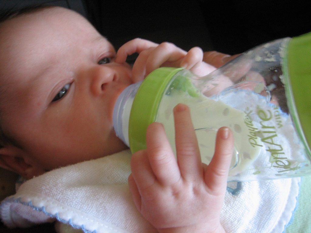 Сколько новорожденный должен съедать за одно кормление грудного молока