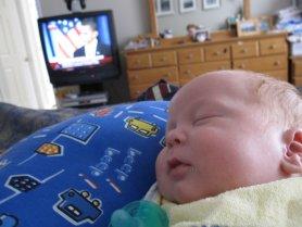 Можно ли новорожденному смотреть телевизор