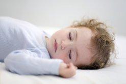 Можно ли спать новорожденным на спине