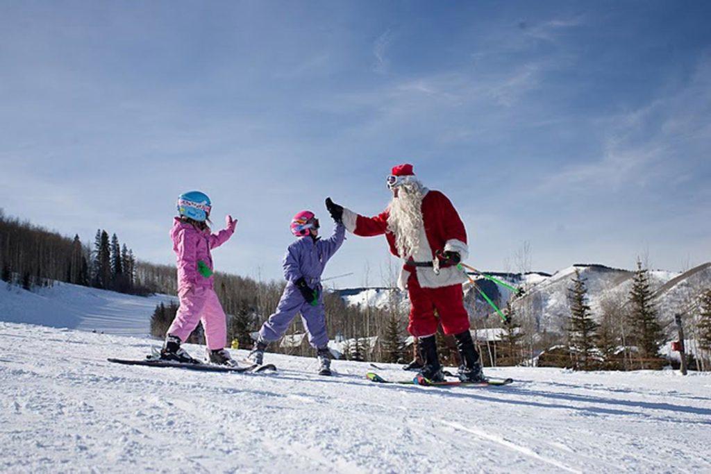 Санта-Клаус на горных лыжах