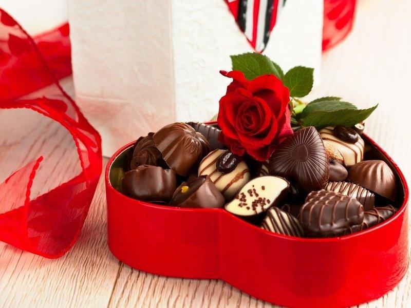 что подарить на 14 февраля: коробка конфет