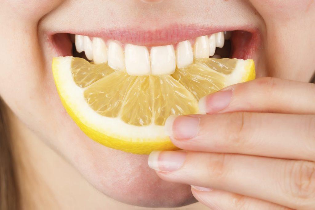Как отбелить зубы лимоном в домашних условиях