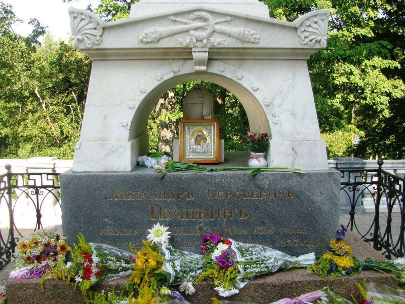 Памятник на могиле Пушкина фото