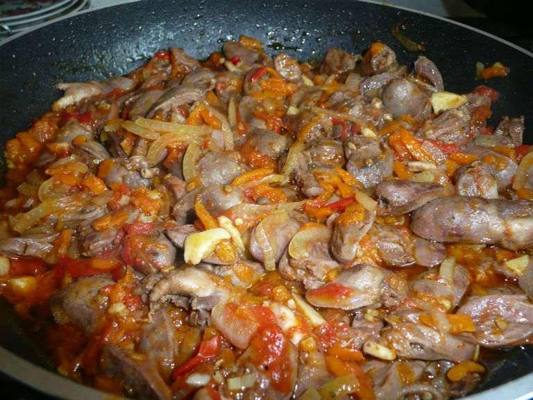 Куриные сердечки в сметане на сковороде или в мультиварке