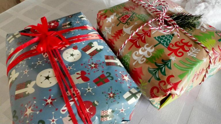 Как упаковать футболку в подарочную бумагу