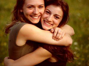 Поздравления с днём рождения сестре от сестры Родная или двоюродная сестра – это светлый человечек, который всегда будет рядом, никогда вас не бросит, и будет поддерживать родственную душу в любой, даже самой тяжёлой ситуации. Поздравления с днем рождения сестре от сестры должно быть уникальным и позитивным. Содержание: 1. Поздравления с днем рождения сестре прикольные. 2. Трогательные в прозе поздравления с днём рождения сестре. 3. Поздравления с днем рождения старшей сестре от сестры. 4. Поздравления с днем рождения сестре от сестры на телефон смс. 5. Поздравления с днем рождения двоюродной сестре душевные до слез. 6. Поздравления с днём рождения сестре в стихах красивые. Поздравления с днем рождения сестре прикольные Прикольно, оригинально и неожиданно поздравить близкого человека можно различными способами. К примеру, выбрав в нашей статье подходящее стихотворение, которое обрадует именинницу. Сегодня ты родилась как будто заново, ведь настал наконец день твоего рождения, и ты несомненно классная девчонка! Ты мила, красива, любимая, родная. Ты сестрёнка оторвись по-полной в этот день. *** Я пожелаю в этот денёк тебе шикарного парня, Чтоб был сестрёнка он у тебя послушный и ручной. Чтоб уделил он тебе массу вниманья, Все эти дни, проведённые вместе, и конечно же ночи! *** Поздравляю с днём, когда ты у меня появилась сестричка, Добра тебе пожелаю, и радости полный букет! Ты почаще улыбкой нас радуй своей лучезарной, И здоровья тебе на всю сотню лет! *** В нашей семье огромная радость царит, Ведь сегодня прекрасный денёк. В этот день ты когда то появилась на свет. Так прими поздравленья от нас ты скорее, Процветай постоянно и хвори не знай. Трогательные в прозе поздравления с днём рождения сестре Я помню, как ты в пелёнках, Появилась в нашей семье ребёнком. И вот наконец превратилась сестричка В белую красавицу-птицу - лебедя. Ах, какая ты стала красивая! Ах, какая ты стала шикарная! *** Сегодня настал этот день долгожданный, В честь него соберутся в кругу друзья и