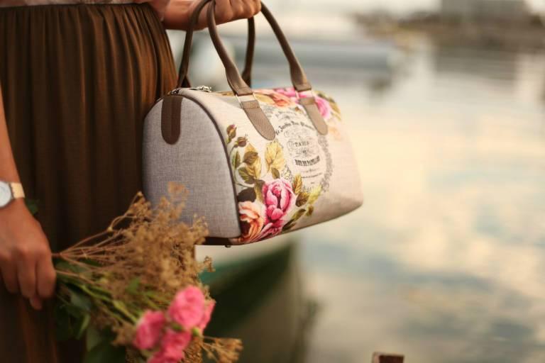 Как носить сумку бочонок, с каким нарядом соединить